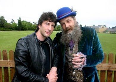 Gaiman (derecha) Alan Moore (izquierda)